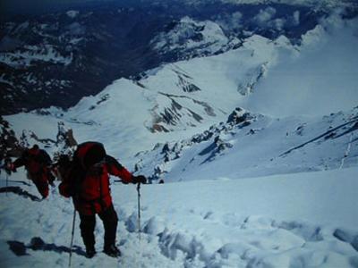 Abriendo huella camino de la cumbre