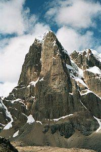 Pared oeste del Puscanturpa 5442 metros. Los dos alpinistas intentaran abrir una nueva ruta en esta pared